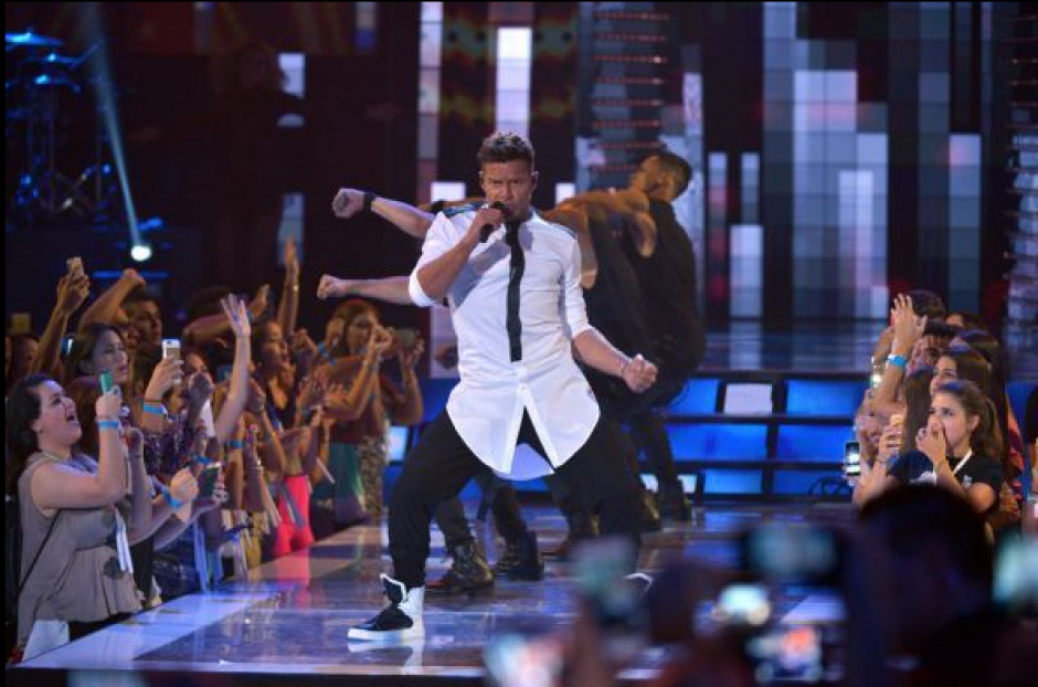"""Ricky Martin puso al público a bailar con el tema """"La mordidita"""".(Foto: Univisión)"""