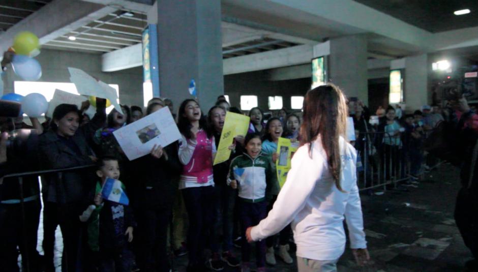 Ana Sofía Gómez fue recibida por la niñas de la Federación Nacional de Gimnasia. (Foto: Luis Barrios/Soy502)