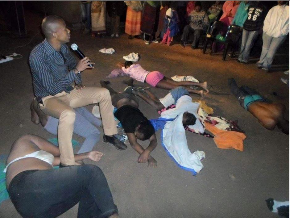 El pastor Mnguni ha conseguido la fama a causa de sus rituales extremos. (Foto: Watchmanafrica)