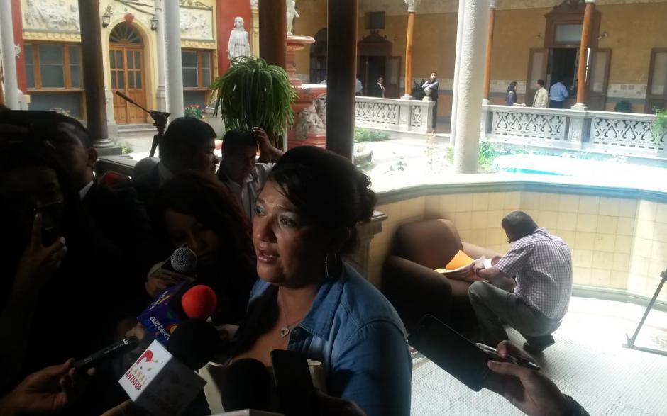 La alcaldesa de San Benito, Petén, Sonia Rivera, interpuso un recurso de nulidad ante el TSE. En la fotografía da declaraciones mientras su equipo arregla los papeles a entregar a su espalda. (Foto: Soy502)