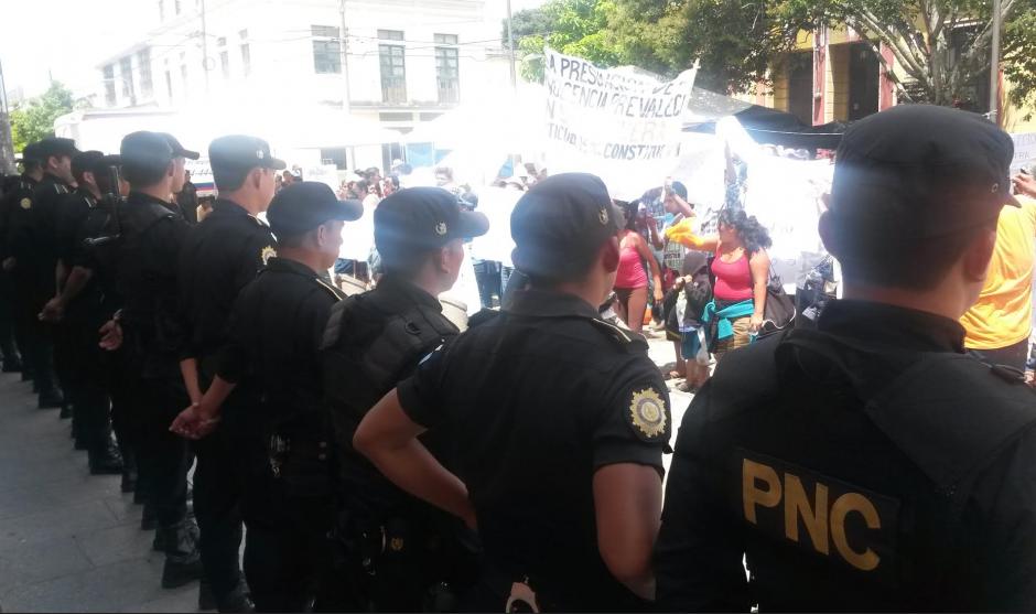 La PNC reforzó la seguridad frente al Tribunal Supremo Electoral. (Foto: Soy502)