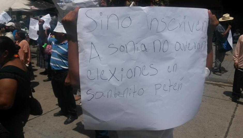 Los manifestantes amenazan con no permitir que se desarrollen las elecciones en San Benito, Petén, si no inscriben a Rivera. (Foto: Soy502)