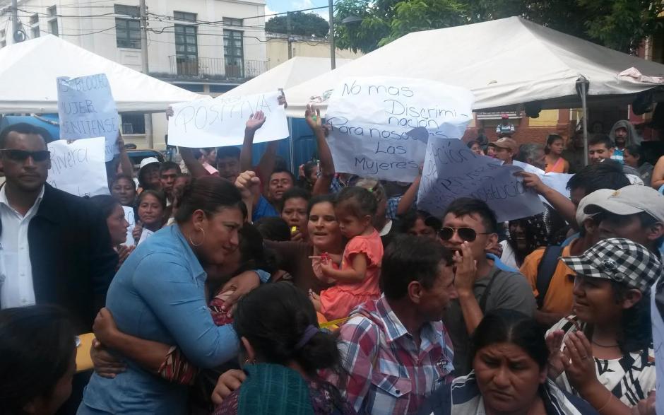 Sonia Rivera, alcaldesa de San Benito, llega a saludar a las personas que manifiestan a su favor desde la noche del jueves. (Foto: Soy502)
