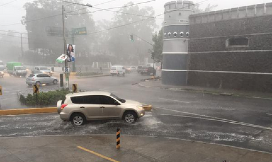 En un sector de la zona 10 también se reportaron inundaciones. (Foto: Twitter)