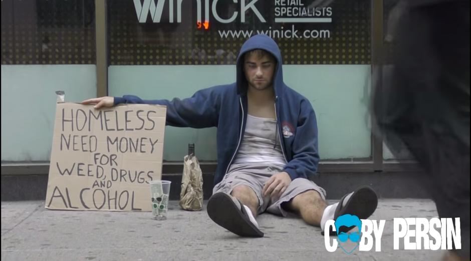 El experimento empezó con una letrero en el que solicitaba dinero para comprar drogas y alcohol en las calles de Nueva York. (Captura de YouTube)