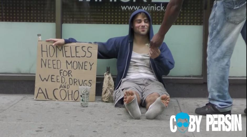 Durante el tiempo que tuvo el primer anuncio, el vagabundo recolectó dinero suficiente para comprar lo que solicitaba.(Captura de YouTube)