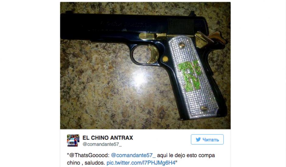 Las armas con incrustaciones de diamantes forman parte de los accesorios que acompañan a los hijos de Guzmán.(Foto: Twitter)