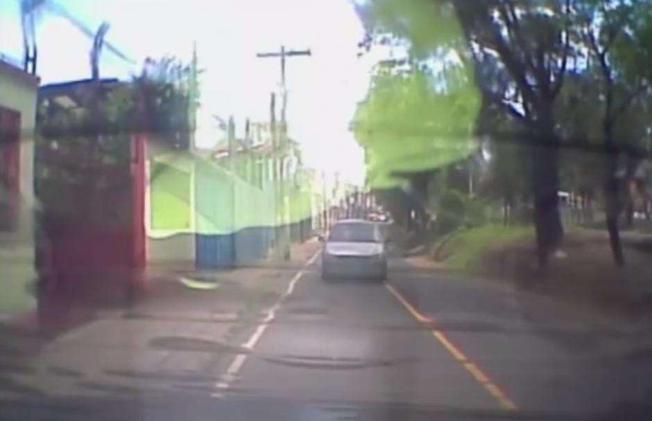 El conductor estaciona su vehículo en el carril auxiliar de la colonia Villa Linda de la zona 7 a la espera de lo que pueda ocurrir. (Captura YouTube)