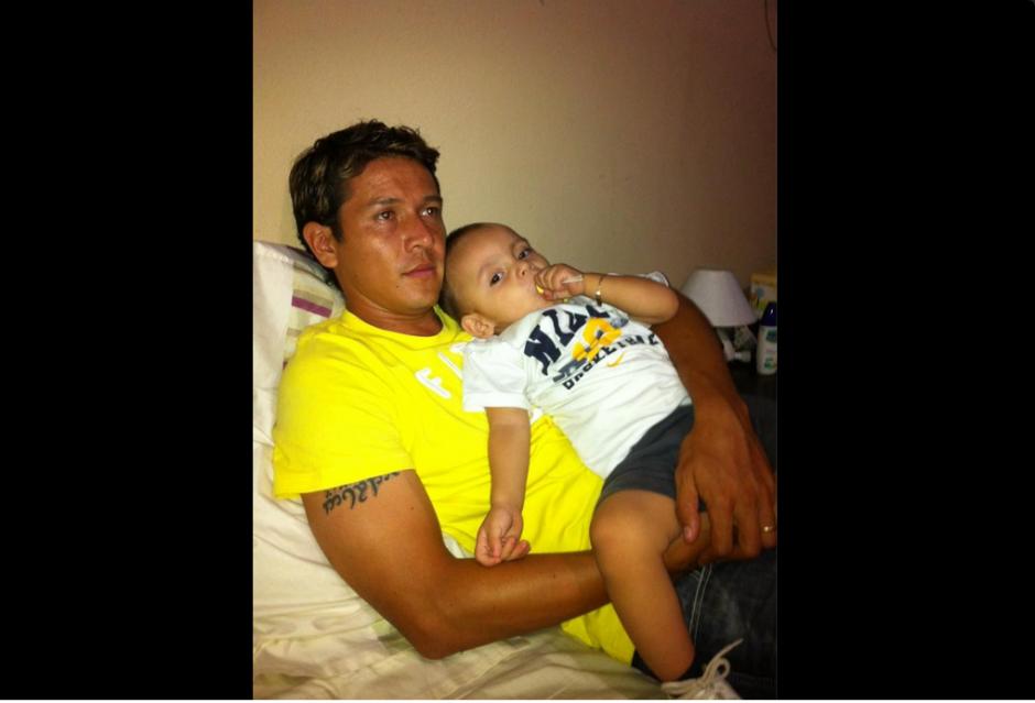 Pasar el tiempo con su hijo era una de las formas de distracción del futbolista nacional.(Foto: Twitter)