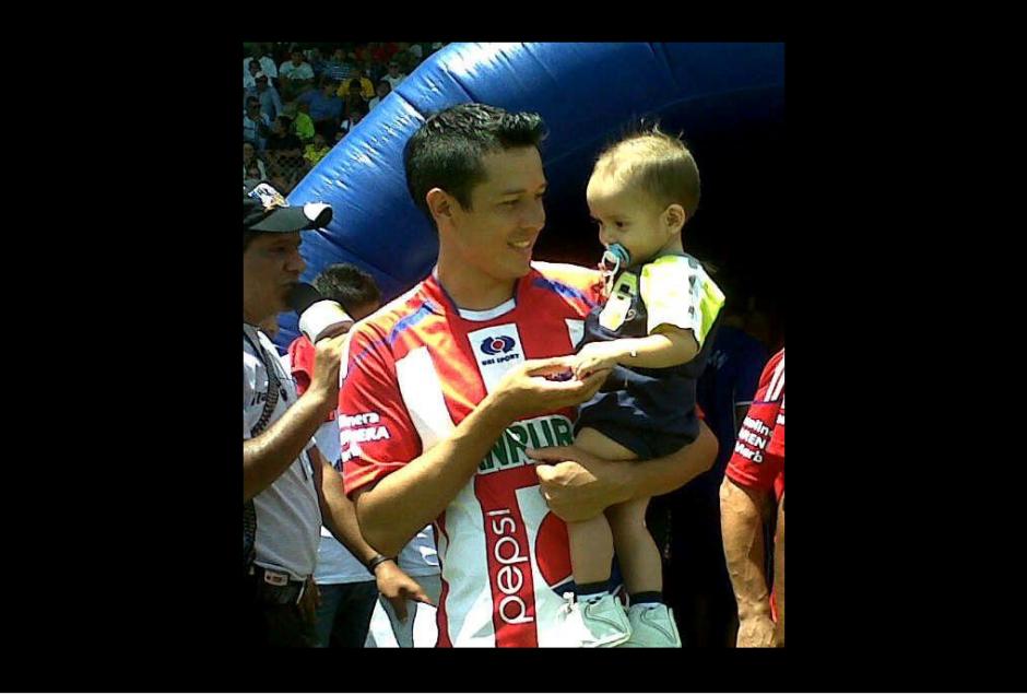 Villatoro formó parte de las filas del Club Heredia. En la fotografía carga a su hijo antes de salir a la cancha.(Foto: Twitter)