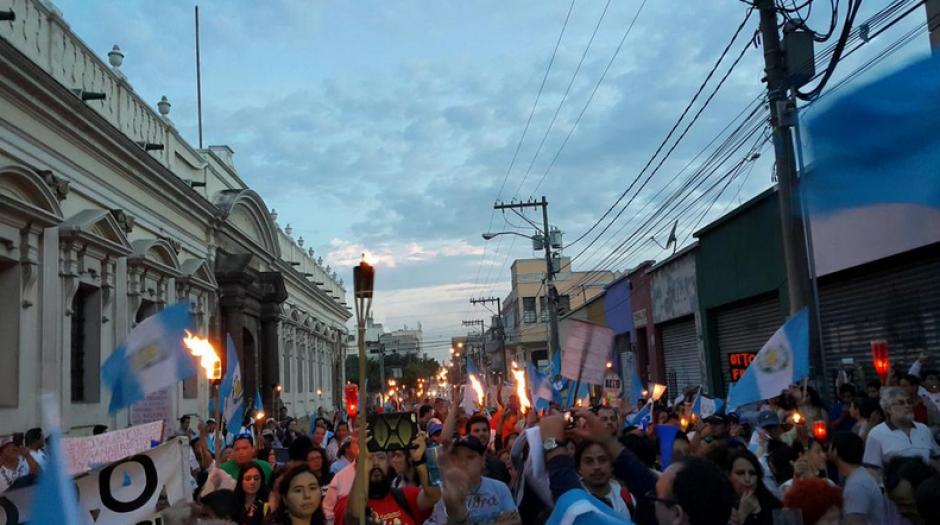 Decenas de guatemaltecos llegaron al Congreso con banderas y antorchas para exigir reformas a la Ley Electoral de Partidos Políticos. (Foto: Twitter/Fernando Ramos)