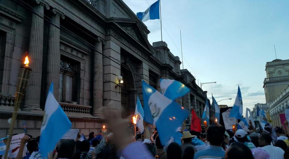 La movilización pacífica llegó al Congreso para pedir reformas al sistema electoral. (Foto: Twitter/Fernando Ramos)