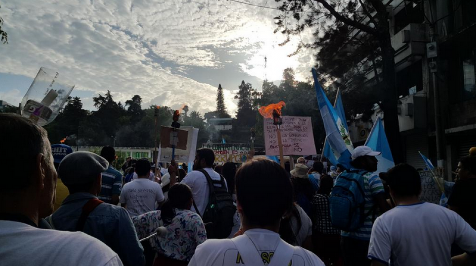 Con antorchas y banderas los guatemaltecos llegaron al Centro Cívico para hacerse escuchar. (Foto: Twitter/Fernando Ramos)