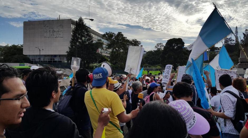Los guatemaltecos se reunieron en la Corte Suprema de Justicia para salir en caravana hacia el Parque Central. (Foto: Twitter/Fernando Ramos)