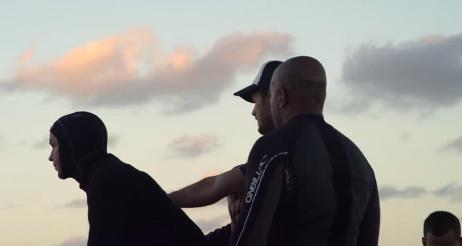 El equipo prepara al surfista con trajes especiales para evitar quemaduras en su cuerpo.(Captura YouTube)