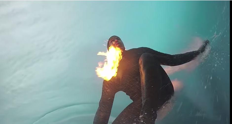 Cámaras en el frente y en la parte trasera de la tabla registran el momento en el que el surfista pasa por el tubo de agua.(Captura YouTube)