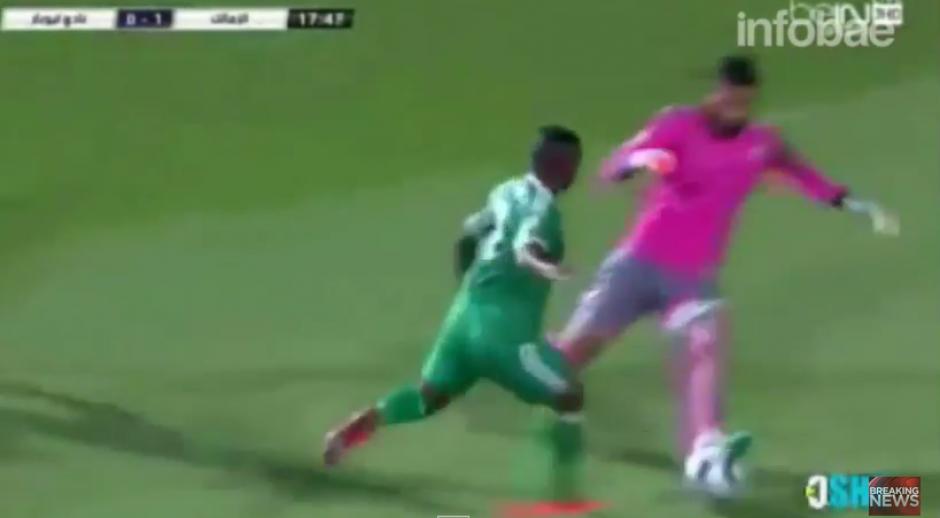El delantero trata de arrebatarle la pelo al portero, pero su esfuerzo no es suficiente para conseguir su objetivo.(Captura YouTube)