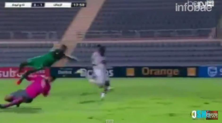 Tras el impacto con el guardameta, N'daye sale volando para luego sufrir el impacto en la gramilla.(Captura YouTube)