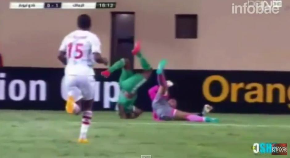 El impacto fue directo al cuello, lo que afectó seriamente al jugador de verde.(Captura YouTube)