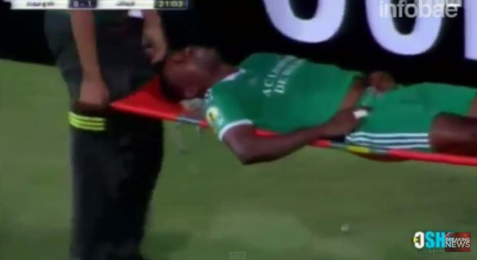 Rodi N'daye es trasladado a un hospital para atenderlo de emergencia y verificar su estado de salud.(Captura YouTube)