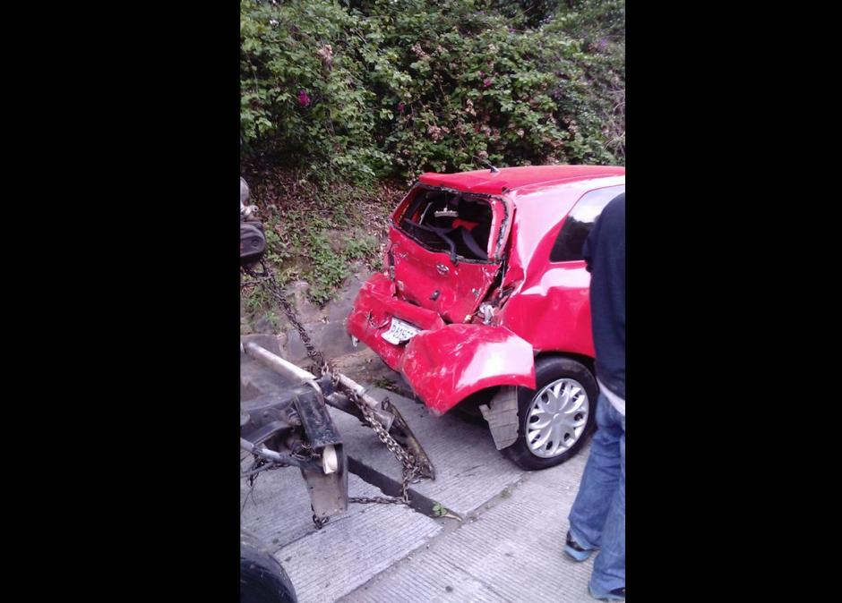 Varios de los vehículos quedaron con serios daños. Se reportan ocho personas heridas. (Foto:@elbekgt)