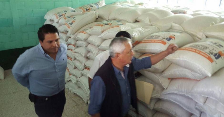El presidente Pérez Molina revisa los sacos de alimentos previó a la entrega en Huehuetenango. (Foto: Presidencia)
