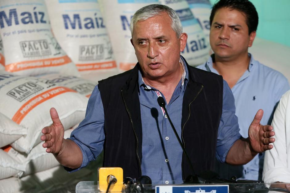 El presidente Otto Pérez Molina participó de la entrega de sacos de alimentos en Huehuetenango. (Foto: Presidencia)