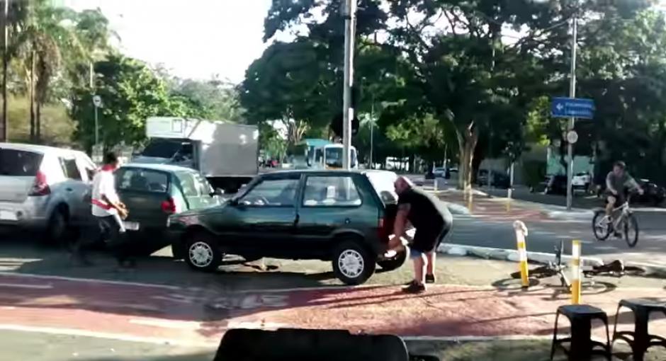 Mover el carro no le toma mucho tiempo al fuerte hombre y así mostó a los observadores de lo que es capaz.(Captura: YouTube)