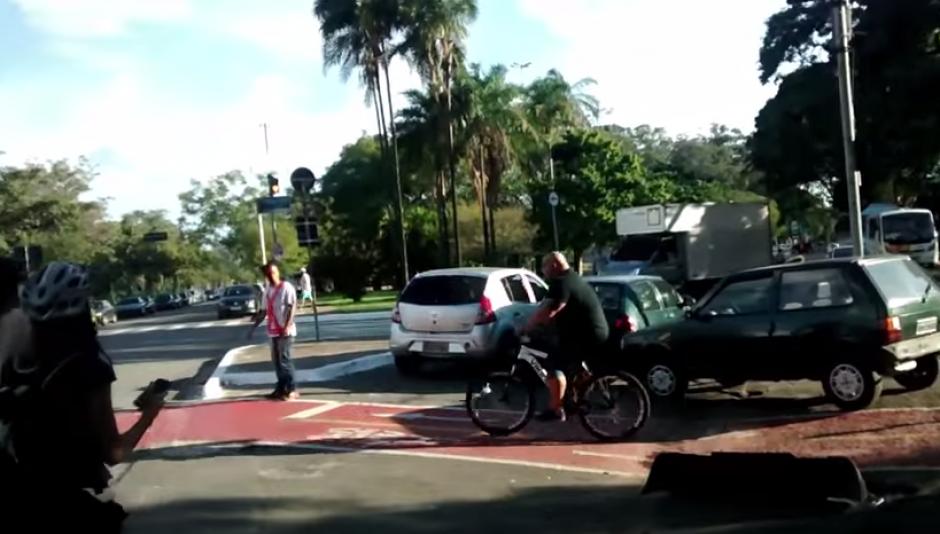 El hombre se retira del lugar tras liberar el paso y ser el heróe de los pedalistas citadinos.(Captura: YouTube)