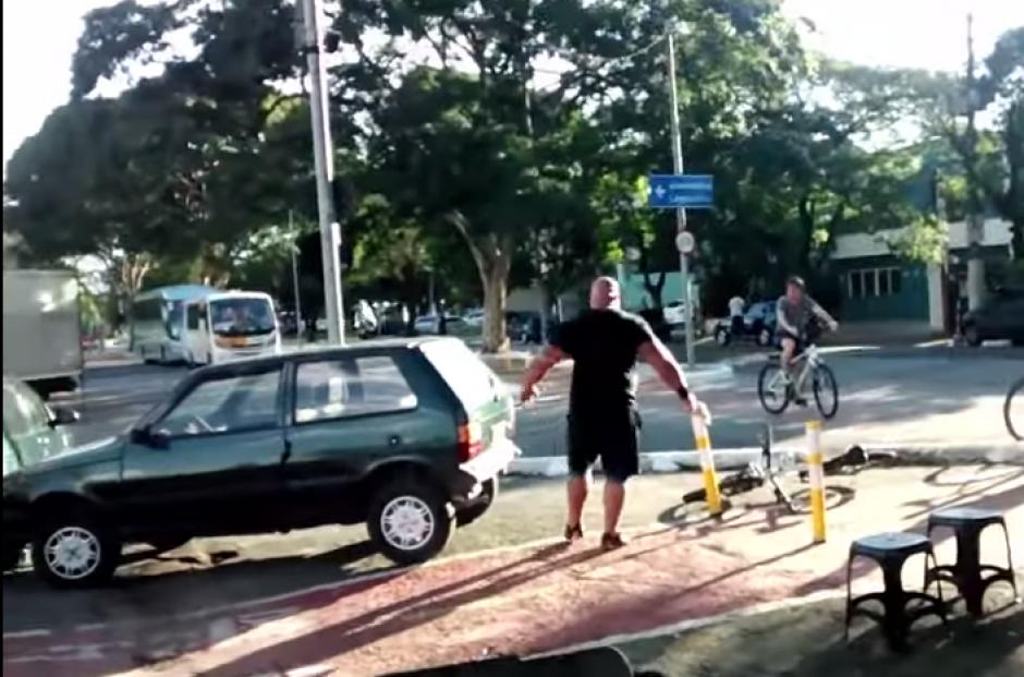 El hombre recibe los aplausos de varios peatones que observaron su hazaña en favor de los ciclistas.(Captura: YouTube)