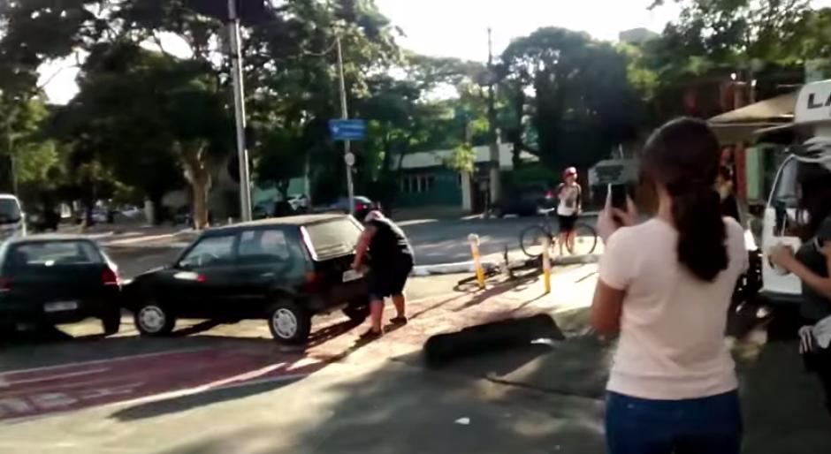 El hombre desciende de su bicicleta enojado por el carro que obstruía el paso de los ciclistas. (Captura: YouTube)