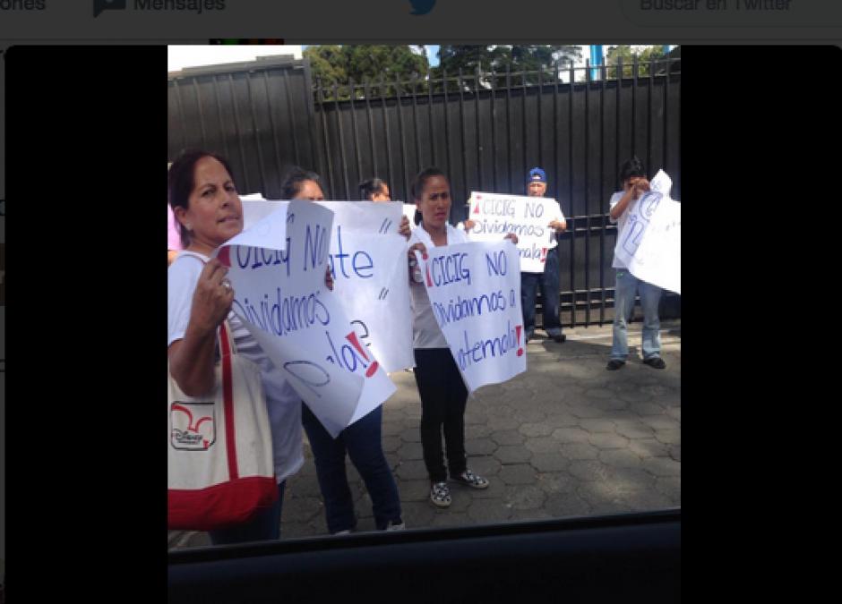 Muchas de las pancartas iban con el mismo estilo de letra. (Foto: Twitter/@BATC33)