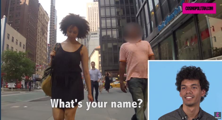 Algunos tratan de entablar una conversación con las chicas en la calle.(Captura YouTube)