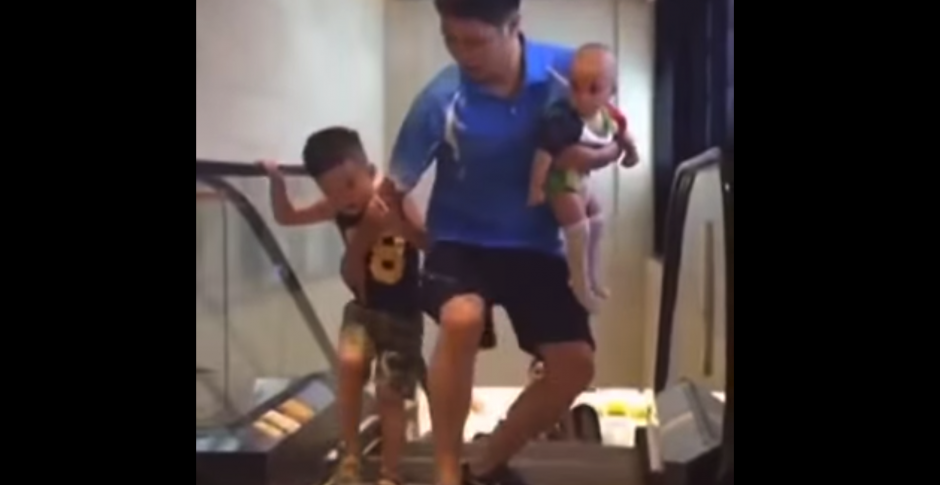Un hombre chino extrema las precauciones cuando va con sus hijos.(Foto: YouTube)