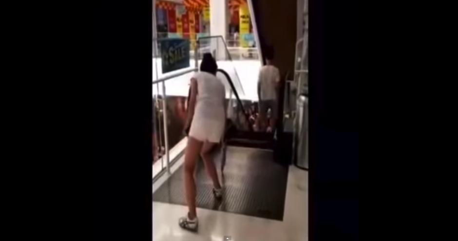 Esta jóven usa su paraguas para verificar si el paso es seguro.(Foto: YouTube)