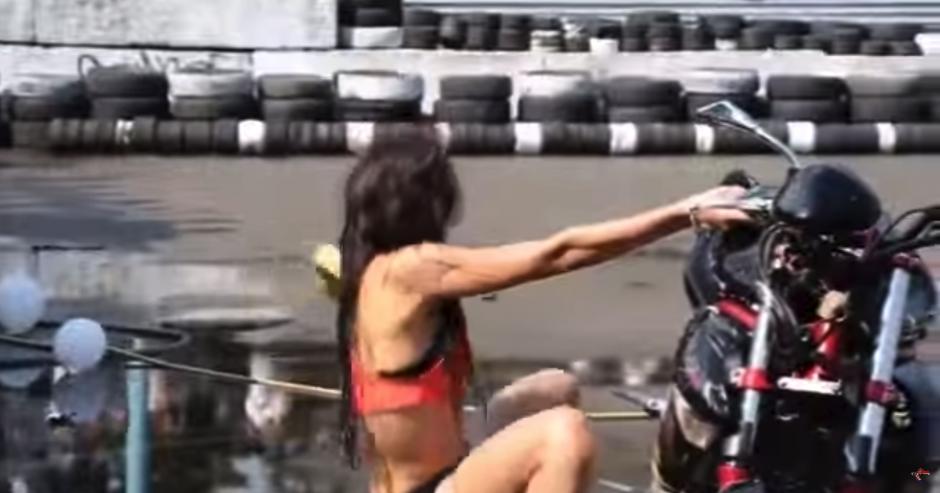 Pese a que hay más mujeres, el camarógrafo se ve atraído por el sexy baile de esta mujer en particular. (Foto: YouTube)