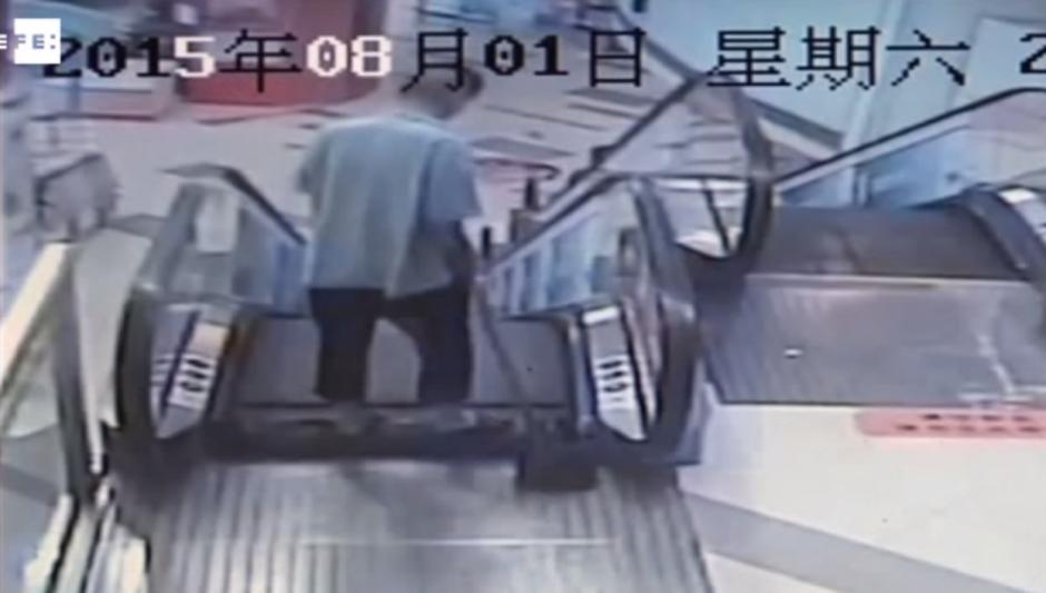 Un trabajador de limpieza de un centro comercial en Shanghái quedó atrapado en una escalera mecánica el fin de semana. (Imagen: YouTube)