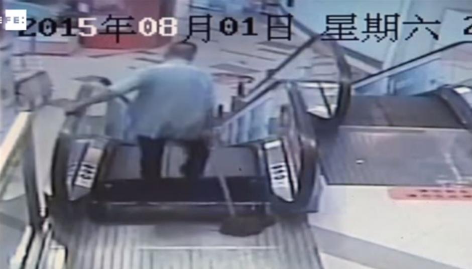 El hombre logró detener las escaleras para tratar de escapar. (Imagen: YouTube)