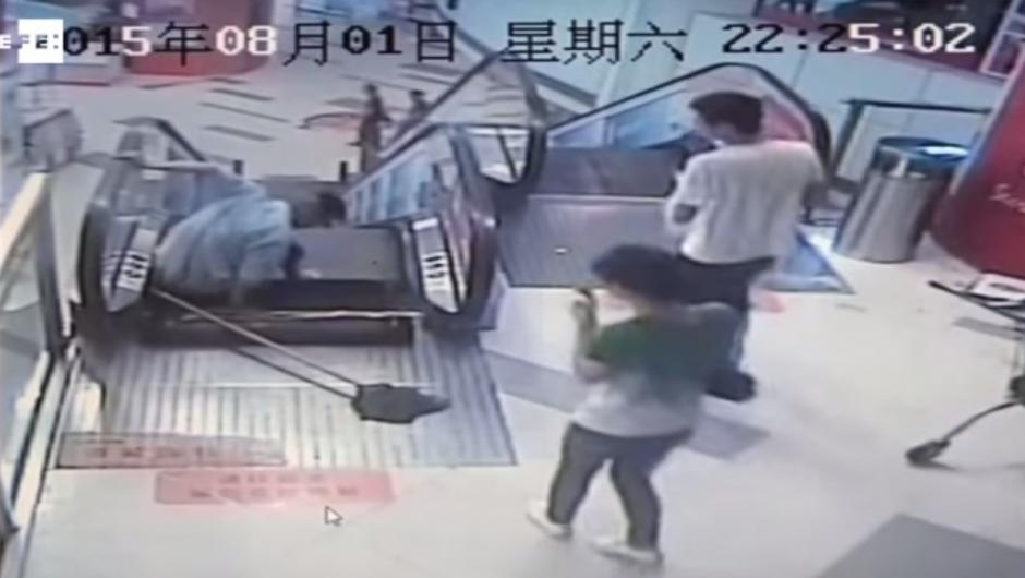 Varias personas que se encontraban en el centro comercial se acercaron para ayudarlo. (Imagen: YouTube)