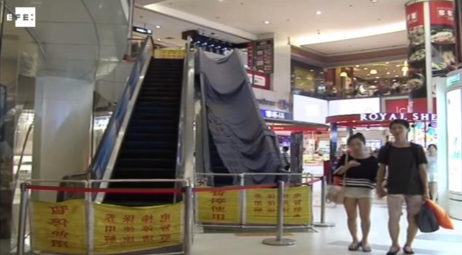 El uso de las escaleras mecánicas quedó suspendido en el centro comercial. (Imagen: YouTube)