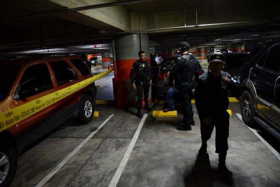 La PNC y el MP realizaron el operativo en la zona 10 de la capital. (Foto: Policía Nacional Civil)