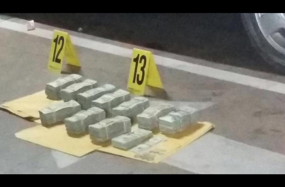 El conteo del dinero decomisado en un hotel de la zona 10 continúa. (Foto: PNC)