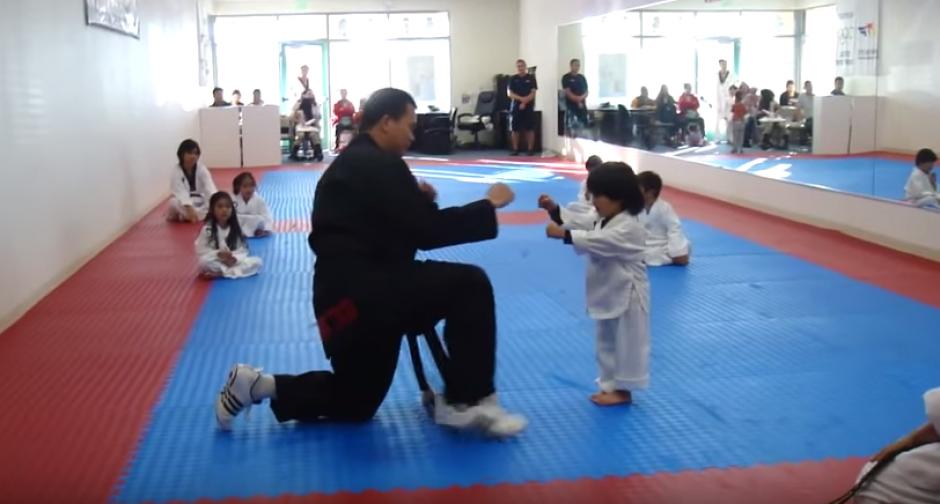 Pequeño karateca rompe las redes foto