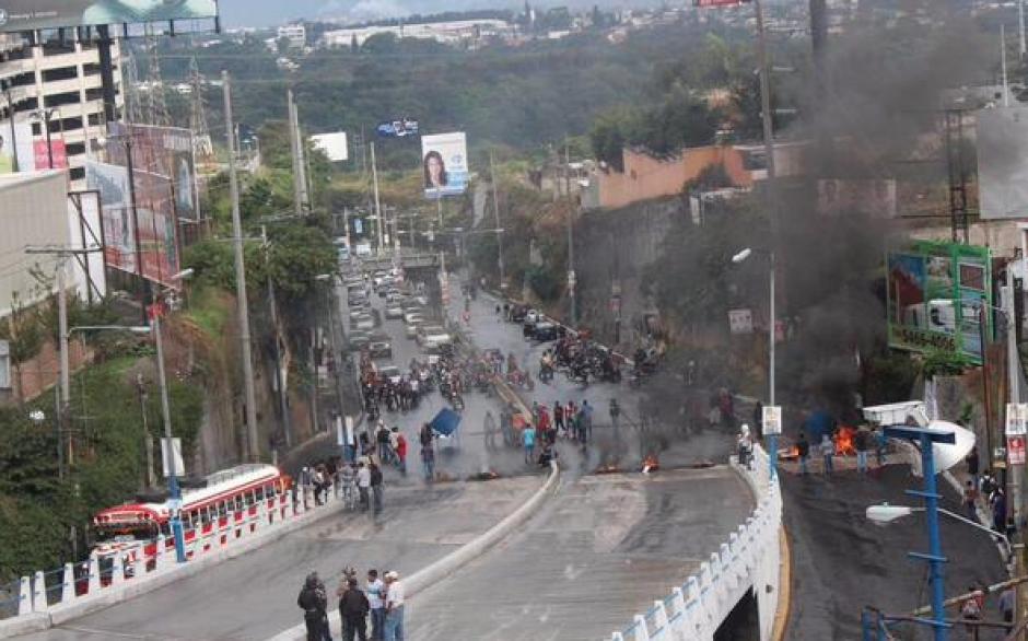 Pilotos mantienen bloqueado el acceso a San Cristóbal por asesinato de compañeros. (Foto: PMT)