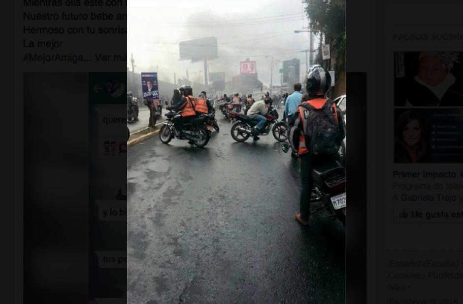 Congestionamiento generó el bloqueo en el acceso principal a San Cristóbal. (Foto: Twitter)