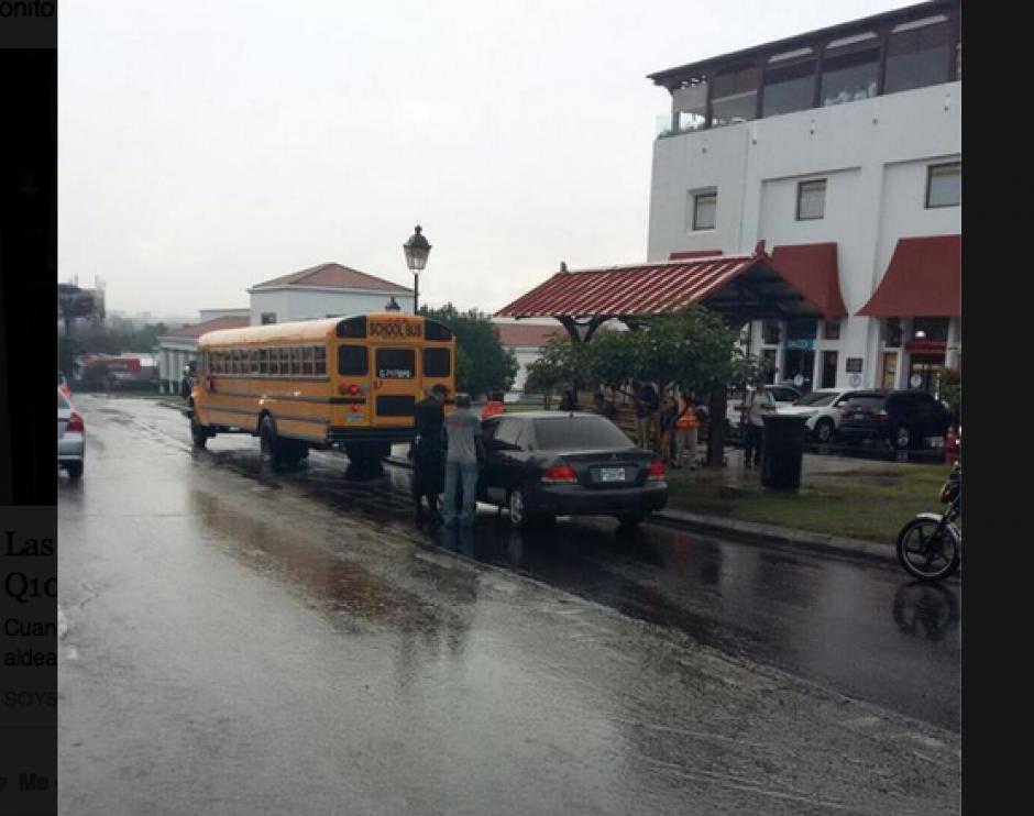El conductor provocó caos en la ruta que lleva al Paseo Cayalá. (Foto: PMT)
