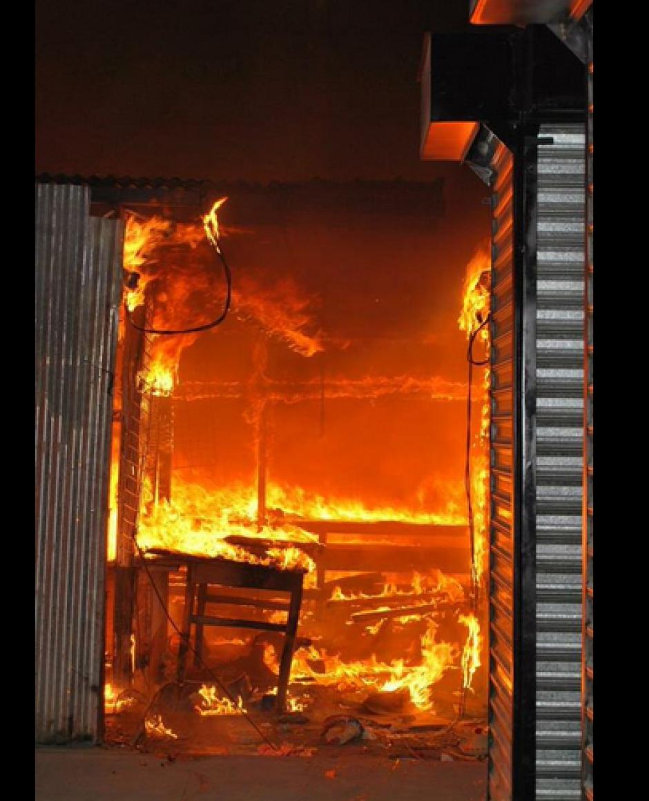 Un voraz incendio consumió varios locales del mercado de artesanías de Esquipulas, Chiquimula. (Foto: Twitter Ttefy2)