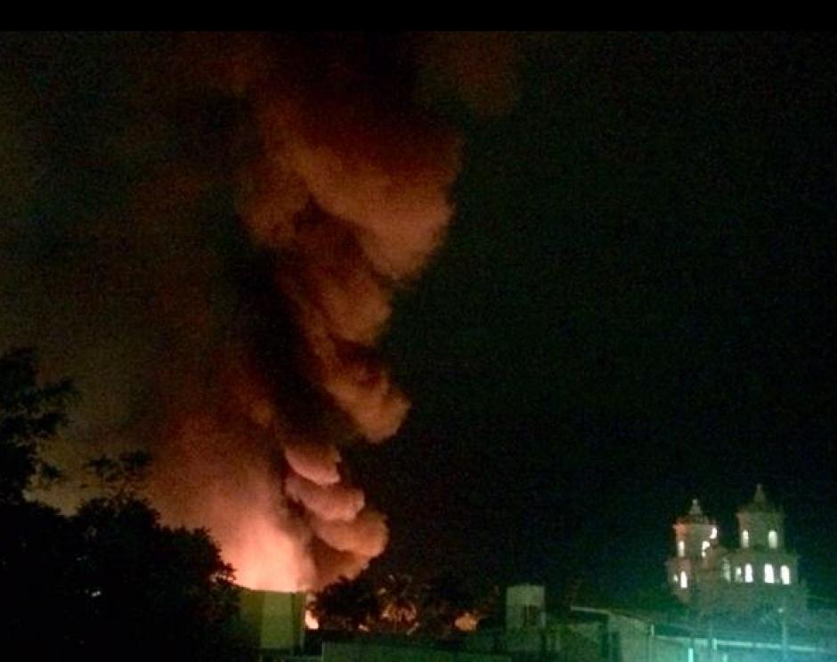 Al fondo se observa la Basílica de Esquipulas y la columna de humo tras el incendio en el mercado de artesanías. (Foto: Twitter: Ttefy2)