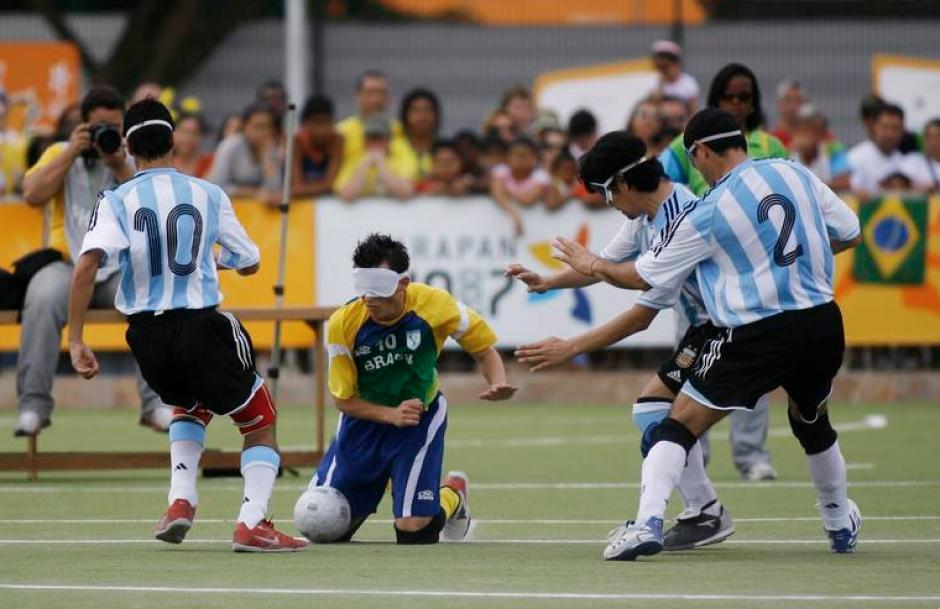 Imagen de un clásico encuentro de fútbol entre Argentina y Brasil, de atletas no videntes. ((Foto: Página oficial de los Juegos Parapanamericanos de Toronto 2015)