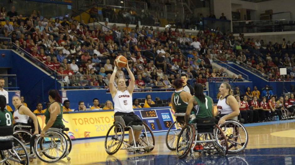 Acción en la duela durante el encuentro de baloncesto sobre silla de ruedas entre Canadá y Brasil.(Foto: Página oficial de los Juegos Parapanamericanos de Toronto 2015)